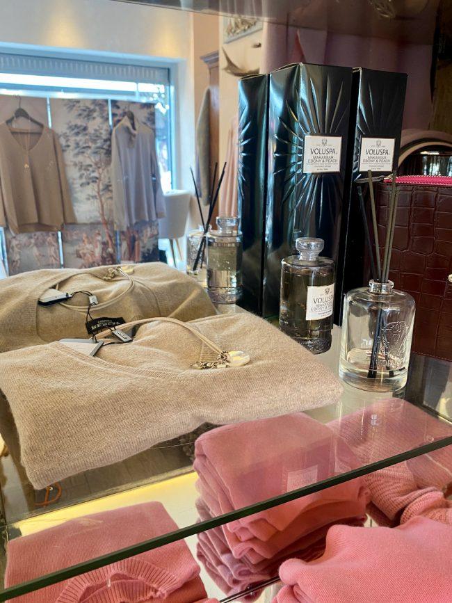 Elegante Mode Grünwald und Starnberg von Anja Hain. Strick, Handtasche, Stiefeletten, Kaschmir, Mode 2021