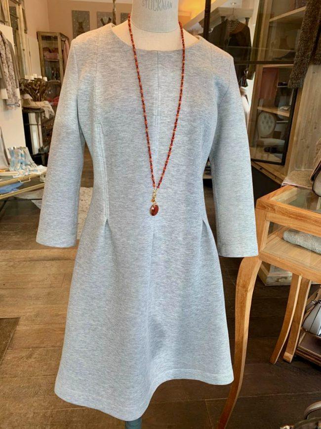 Elegante Mode Grünwald und Starnberg von Anja Hain. Strick, Kleid, Schmuck, Halskette, Kaschmir, Mode 2021