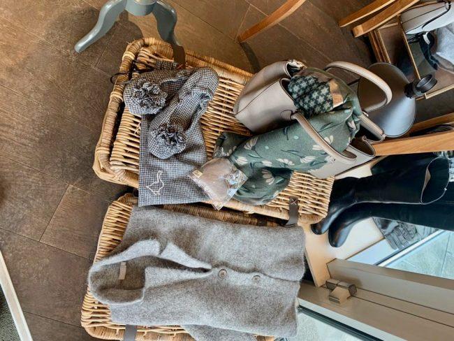 Elegante Mode Grünwald und Starnberg von Anja Hain. Strickware, Pampuschen, Pullover, Kaschmir, Handschuhe 2021